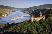 View of Burg Stahleck castle overlooking Bacharach village and Rhine river (Rhine, Rhine valley, Central Europe, Bacharach, Bacharach, Germany, Deutschland)